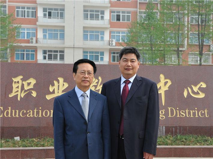 时任全国人大副委员长陈昌智与苏华董事长亲切合影