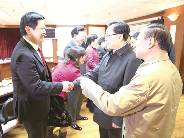 全国人大副委员长王东明、民建中央副主席陈文华与苏华董事长亲切握手