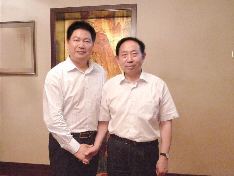 时任教育部党组书记、部长袁贵仁与苏华董事长亲切合影