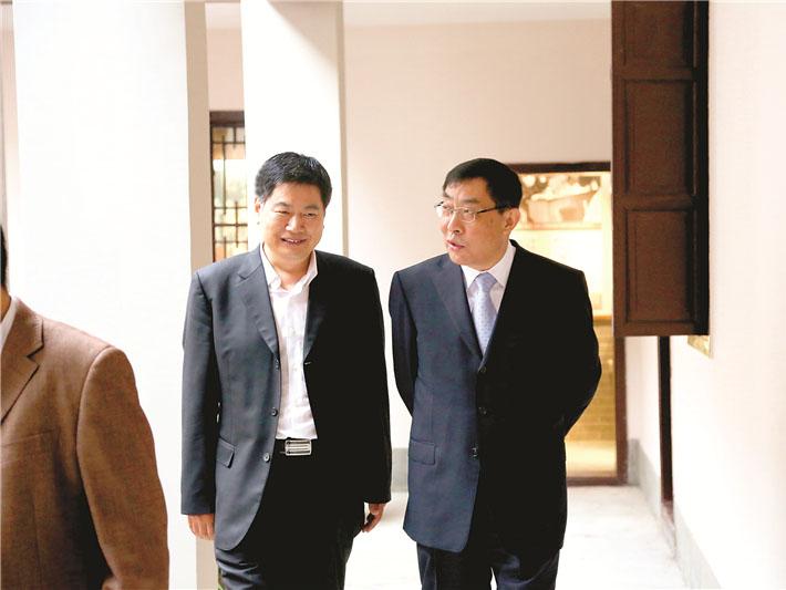 时任全国政协副主席马培华与苏华董事长亲切交谈