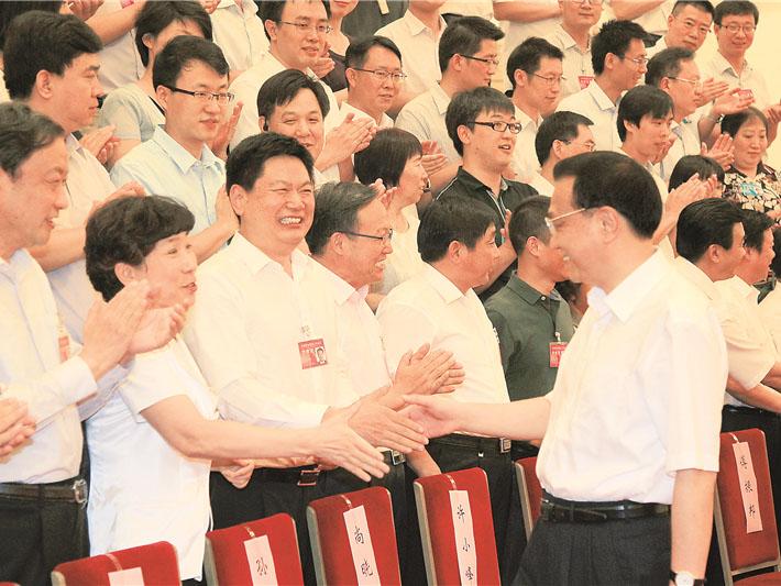 2014年全国fun88体育官网教育工作会议在北京召开,中共中央政治局常委、国务院总理李克强在会前接见与会代表时与苏华董事长亲切握手