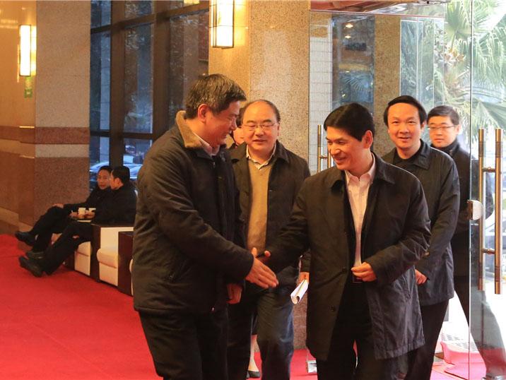 四川省政协主席、党组书记柯尊平与苏华董事长亲切握手