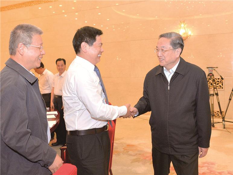 时任全国政协主席俞正声与苏华董事长亲切握手